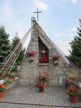 Kapliczka z figurą Matki Boskiej. Chrośnica, gmina Zbąszyń, powiat nowotomyski.