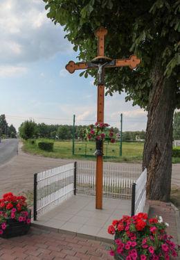 Metalowy krzyż przy drodze do Łomnicy. Chrośnica, gmina Zbąszyń, powiat nowotomyski.