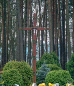 Krzyż wotywny na cmentarzu parafialnym. Łomnica, gmina Zbąszyń, powiat nowotomyski.