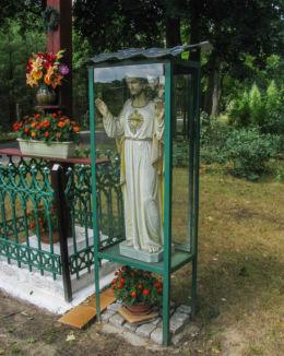 Przydrożna kapliczka oszklona z figurą Chrystusa. Łomnica, gmina Zbąszyń, powiat nowotomyski.