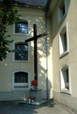 Krzyż misyjny przy kościele Najświętszego Serca Pana Jezusa. Nowy Tomyśl, powiat nowotomyski.