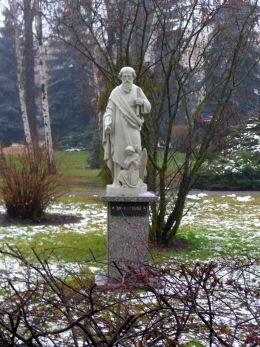 Figura św. Mateusza w ogrodzie przy plebanii. Opalenica, powiat nowotomyski.