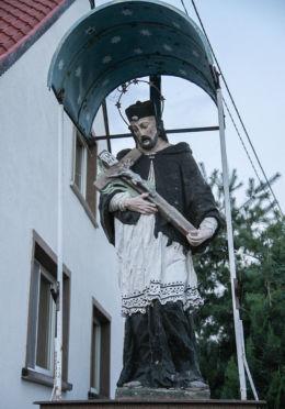 Przydrożna figura figura św. Jana Nepomucena ustawiona w 1957 roku staraniem rolnika Tomasza Bayera. Przyprostynia, gmina Zbąszyń, powiat nowotomyski.