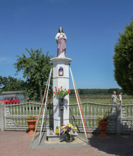 Przydrożna kapliczka słupowa z figurą Serca Jezusa. Stefanowo, gmina Zbąszyń, powiat nowotomyski.