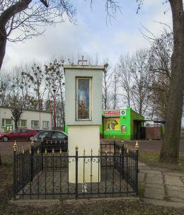 Kapliczka przydrożna Matki Boskiej w centrum wsi. Trzcianka, gmina Koślin, powiat nowotomyski.