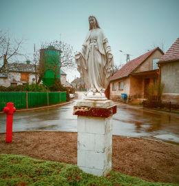 Przydrożna figura Matki Boskiej u zbiegu ulic Poznańskiej i św. Wawrzyńca. Wąsowo, gmina Kuślin, powiat nowotomyski.