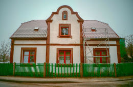 Kapliczka Matki Boskiej w szczycie domu przy ulicy św. Wawrzyńca 1. Wąsowo, gmina Kuślin, powiat nowotomyski.