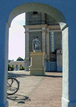 Barokowa figura z końca XVIII w. przed kolegiatą. Zbąszyń, powiat nowotomyski.