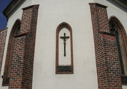 Krzyż pasyjny na murze prezbiterium kościoła NMP Wniebowziętej. Oborniki, powiat obornicki.
