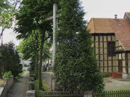 Krzyż misyjny przy XVIII-wiecznym kościele Świętego Krzyża. Oborniki, powiat obornicki.