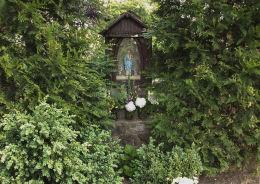 Kapliczka Matki Boskiej z Dzieciątkiem przy kościele Świętego Krzyża. Oborniki, powiat obornicki.