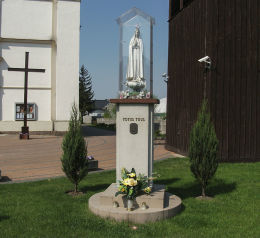 Kapliczka Matki Boskiej Fatimskiej przy kościele Św. Ducha. Oborniki, powiat obornicki.