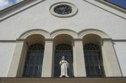 Figura Najświętszego Serca Pana Jezusa w fasadzie kościoła Św. Ducha. Rogoźno, powiat obornicki.