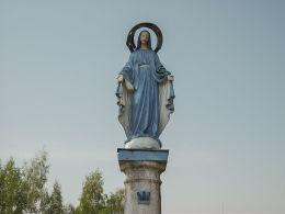 Kapliczka słupowa Matki Boskiej u zbiegu ulic 2 Armii Wojska Polskiego i Fabrycznej. Rogoźno, powiat obornicki.