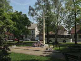 Krzyż i pomnik ofiar stalinizmu. Rogoźno, powiat obornicki.