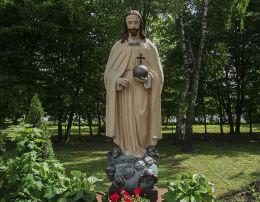 . Figura Chrystusa Króla w ogrodzie plebanii parafii św. Wita. Rogoźno, powiat obornicki.