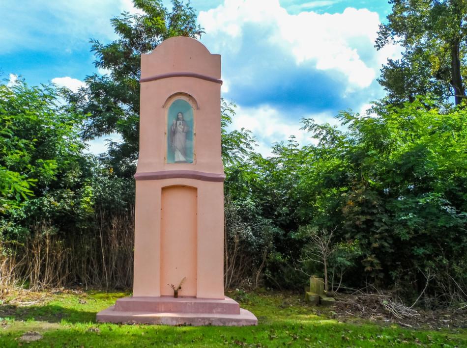 Przydrożna kamienna kapliczka kolumnowa. Rzadkowo, gmina Kaczory, powiat pilski.
