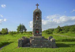 Przydrożna kapliczka św Floriana na skraju wsi. Krostkowo, gmina Białośliwie, powiat pilski.