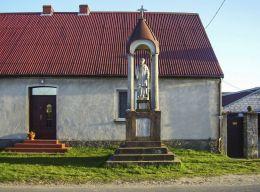 Przydrożna kamienna kapliczka. Rzadkowo, gmina Kaczory, powiat pilski.