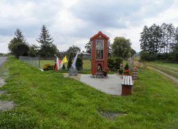 Przydrożna kapliczka ufundowana przez p. Genowefę Skowera w roku 2009. Kamień z prehistorycznego cmentarzyska Zelgniewo. Zelgniewo, gmina Kaczory, powiat pilski.