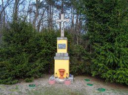 Krzyż przydrożny metalowy na kamiennym postumencie. Jabłonowo, gmina Ujście, powiat pilski.