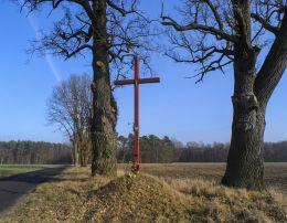 Przydrożny krzyż drewniany. Kostrzynek, gmina Wysoka, powiat pilski.