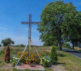 Przydrożny krzyż metalowy. Skrzatusz, gmina Szydłowo, powiat pilski.