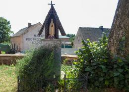 Kapliczka drewniana na słupku. Skrzatusz, gmina Szydłowo, powiat pilski.