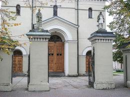 Figury św. Wawrzyńca i św. Jana Nepomucena na słupach bramy przed kościołem Najświętszego Zbawiciela. Pleszew, powiat pleszewski.