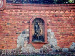 Kapliczka św. Jana Chrzciciela w murze przy kościele pw. Ścięcia św. Jana. Pleszew, powiat pleszewski.