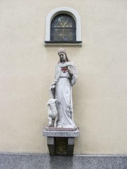 Figura Jezusa Dobrego Pasterza w murze prezbiterium kościoła pw. Ścięcia św. Jana. Pleszew, powiat pleszewski.