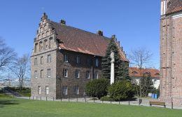Figura NMP przed kościołem Najświętszej Panny Marii - Ostrów Tumski. Poznań, Poznań.