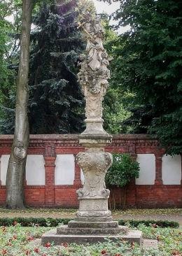 Barokowa figura św. Jana Nepomucena na dziedzińcu pałacu arcybiskupiego. Poznań, Poznań.