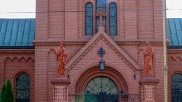 Figury św. Piotra i św. Pawła na słupach bramy do kościoła Matki Boskiej Bolesnej przy ulicy Głogowskiej. Poznań, Poznań.