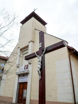 Krzyż pasyjny przy kościele Chrystusa Sługi przy ulicy Palacza. Poznań, Poznań.