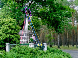 Krzyż przydrożny w lesie pomiędzy Sulęcinkiem i Czarnotkami. Młodzikówko, gmina Krzykosy, powiat średzki.