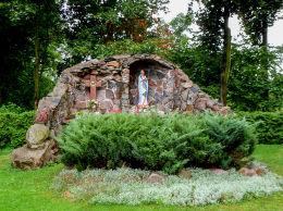 Grota Matki Boskiej, zniszczona w czasie okupacji odbudowana w 2002 r. Nowe Miasto nad Wartą, powiat średzki.