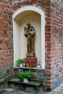 Kapliczka św. Antoniego przy kościele Świętej Trójcy. Nowe Miasto nad Wartą, powiat średzki.