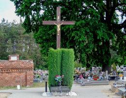 Drewniany krzyż na cmentarzu parafialnym. Solec Wielkopolski, gmina Krzykosy, powiat średzki.