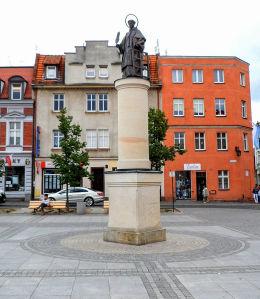 . Figura św. Wawrzyńca z XIX w., rozebrana w 1934 r. zrekonstruowana podczas rewitalizacji Starego Rynku. Środa Wielkopolska, powiat średzki.