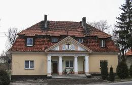 Krzyż w tympanonie dawnej ochronki. Winna Góra, gmina Środa Wielkopolska, powiat średzki.