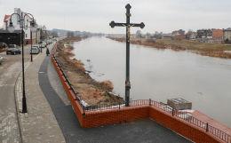 Krzyż na skarpie Warty przy moście 23 Stycznia. Śrem, powiat śremski.