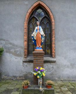Kapliczka Matki Boskiej Niepokalanie Poczętej przy kościele Świętego Ducha. Śrem, powiat śremski.