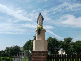 Figura Matki Boskiej przy plebanii kościoła św. Katarzyny Aleksandryjskiej. Brodnica, powiat śremski.