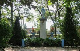 Kapliczka Matki Boskiej na placu przy dawnej stacji kolejowej. Chaławy, gmina Brodnica, powiat śremski.