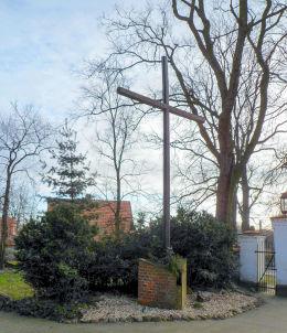 Krzyż przy kościele św. Wojciecha. Dalewo, gmina Śrem, powiat śremski.