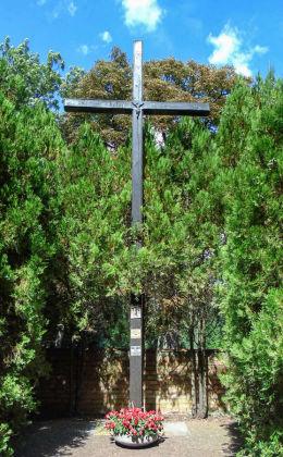 Krzyż misyjny przy kościele pw. św. Michała Archanioła. Dolsk, powiat śremski.