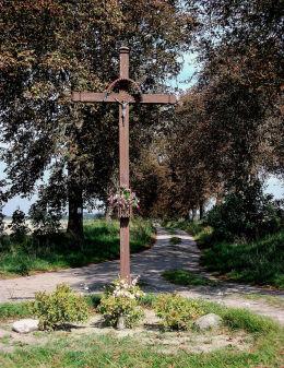 Krzyż przy polnej drodze do Grzybna. Iłówiec, gmina Brodnica, powiat śremski.