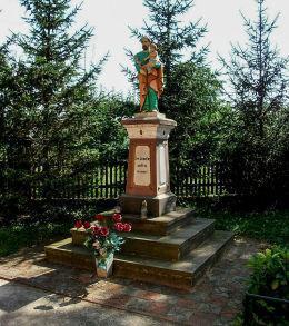 Kapliczka z figurą św. Józefa z Dzieciątkiem. Iłówiec, gmina Brodnica, powiat śremski.