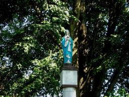Kapliczka słupowa z figurą Matki Boskiej. Iłówiec Wielki, gmina Brodnica, powiat śremski.